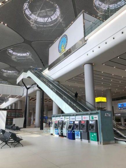 イスタンブール空港 到着ロビーのATM
