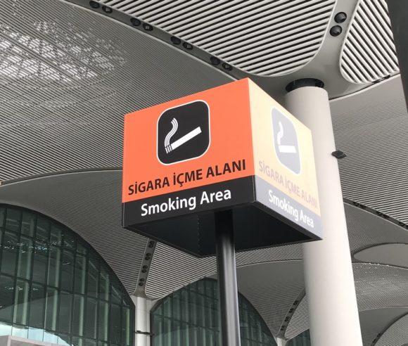 イスタンブール空港出発フロアの喫煙所