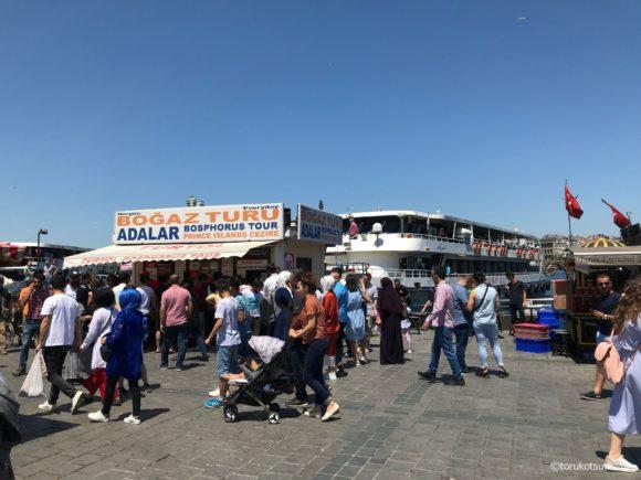 ボスボラスクルーズTURYOL社のチケット売り場と船