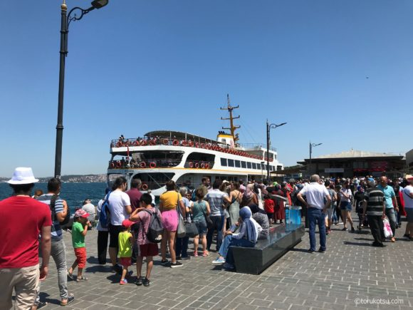 Şehirhatları社の乗り場とクルーズ船