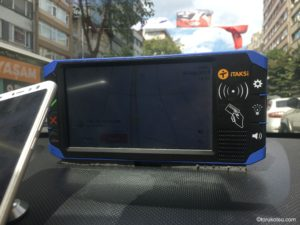 iTaksiとUberを利用しているタクシーの車内