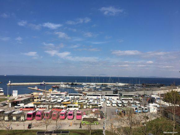 ヤロヴァ港前のショッピングセンターからの眺め