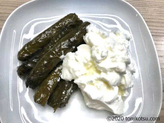 ヨーグルトを使ったトルコ料理のヤプラクサルマス(ブドウ葉のドルマ)