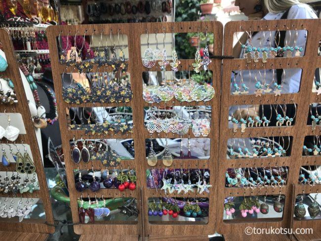 シリンジェ村の聖ヨハネ教会庭内のアクセサリー店