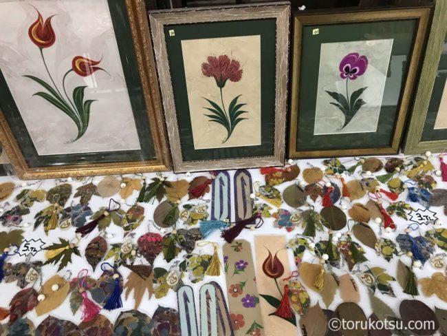 エスキシェヒルの手工芸品バザールにあるエブル作品